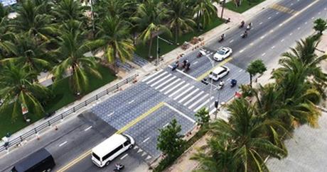 Học tập các nước tiên tiến, Đà Nẵng tạo lối đi bộ giảm tốc để phục vụ khách du lịch biển và người dân.