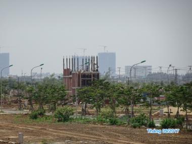 Căn nhà đầu tiên đã được cất lên tại Khu Đô Thị Sinh Thái Nam Hoà Xuân.  + Mới năm ngoái thôi, nơi đây vẫn còn là đầm sen, hồ tôm...  + Nói về tiến độ dự án, đây là một sự cam kết mạnh mẽ nhất mà một chủ đầu tư có thể làm cho khách hàng của mình.  #SunGroup #Sunland http://datnenhoaxuan.com